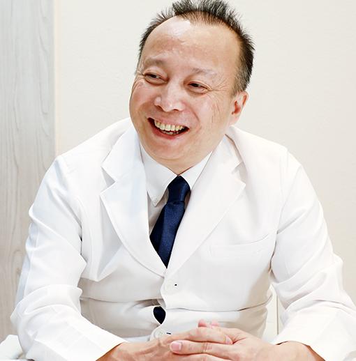 福岡ひざ関節症クリニックの石橋徹院長が説明している様子