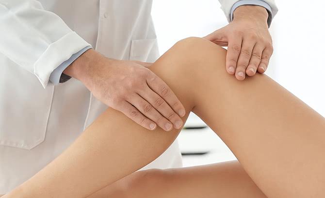 膝の具合を触診する医師