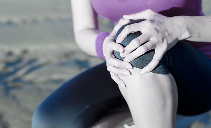 膝の痛みに悩まされるイメージ
